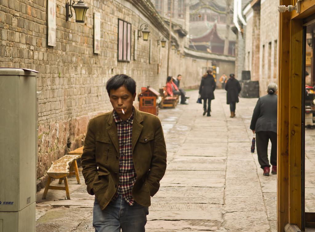 22. Прохожий. Исследуем улочки Фэнхуана. Поездка в провинцию Хунань в Китае.