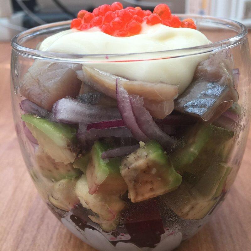 Салат из авокадо, свёклы и сельди