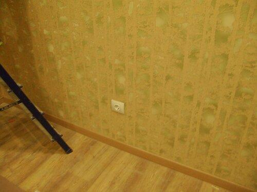 Фото 4. С целью проведения диагностики натяжной потолок приходится частично демонтировать - используется лестница-стремянка.