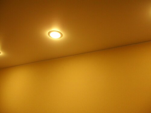 Фото 5. Состояние натяжного потолка перед началом его демонтажа.