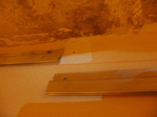 Фото 8. С диагностической целью производится выборочный демонтаж несущих профилей натяжного потолка.