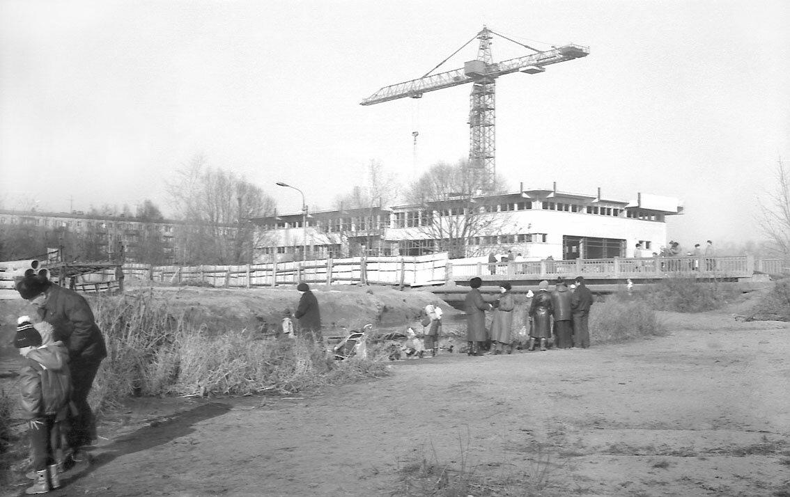 1988. Длительное строительство универсама на берегу Яузы.