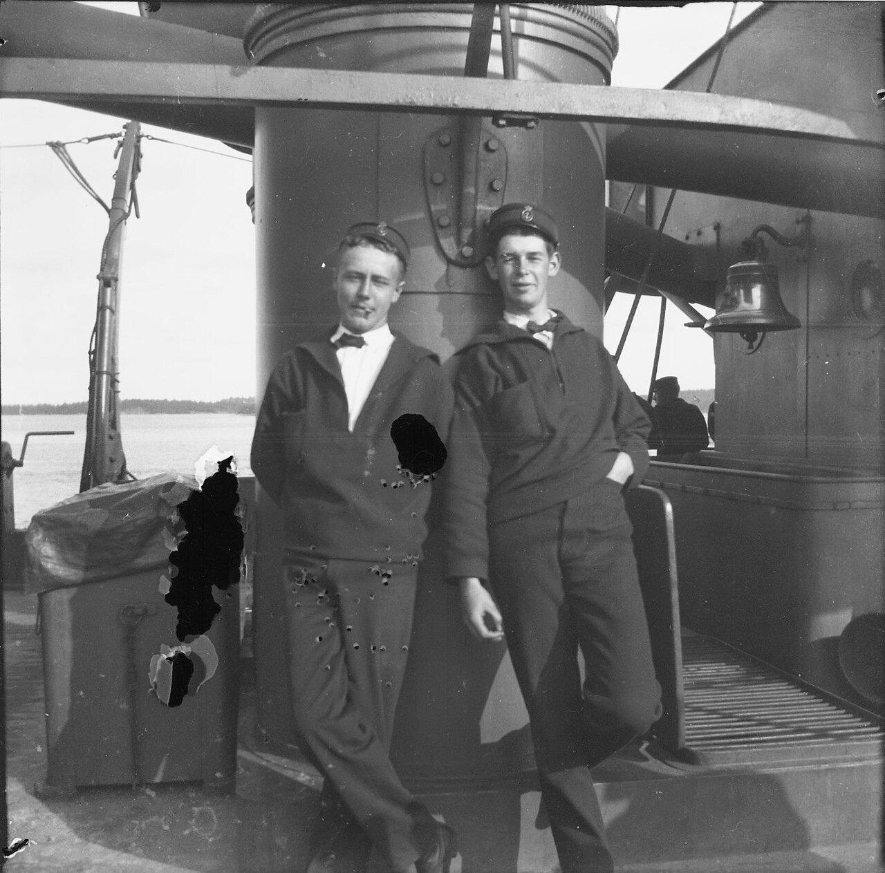 1900. Двое молодых людей на корабле