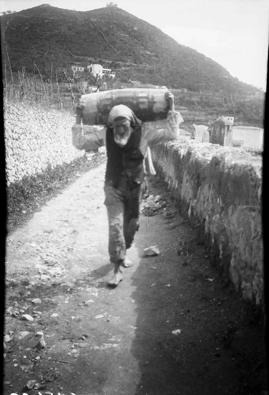 1900. Человек с бочкой