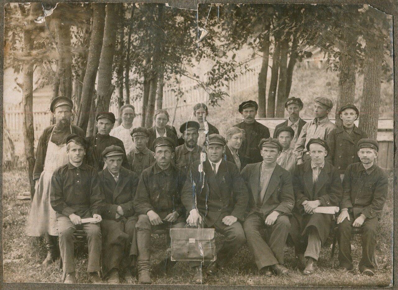 1927. 30 августа. Сотрудники Осинского детского дома.