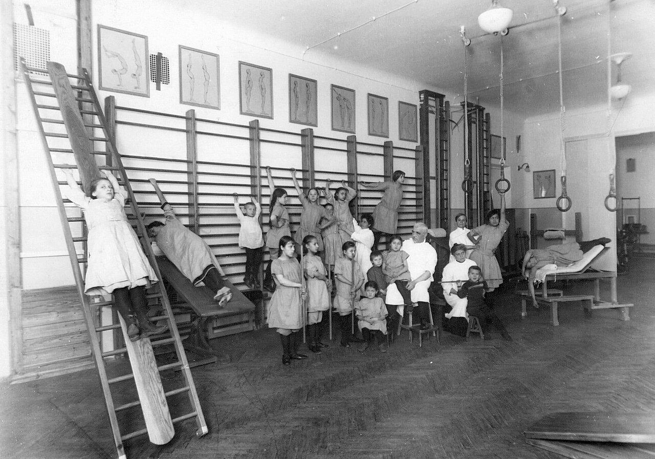 117. Лечебная гимнастика детей в ортопедической клинике академии сидит в белом халате профессор Г.И.Турнер (Боткинская улица,1)