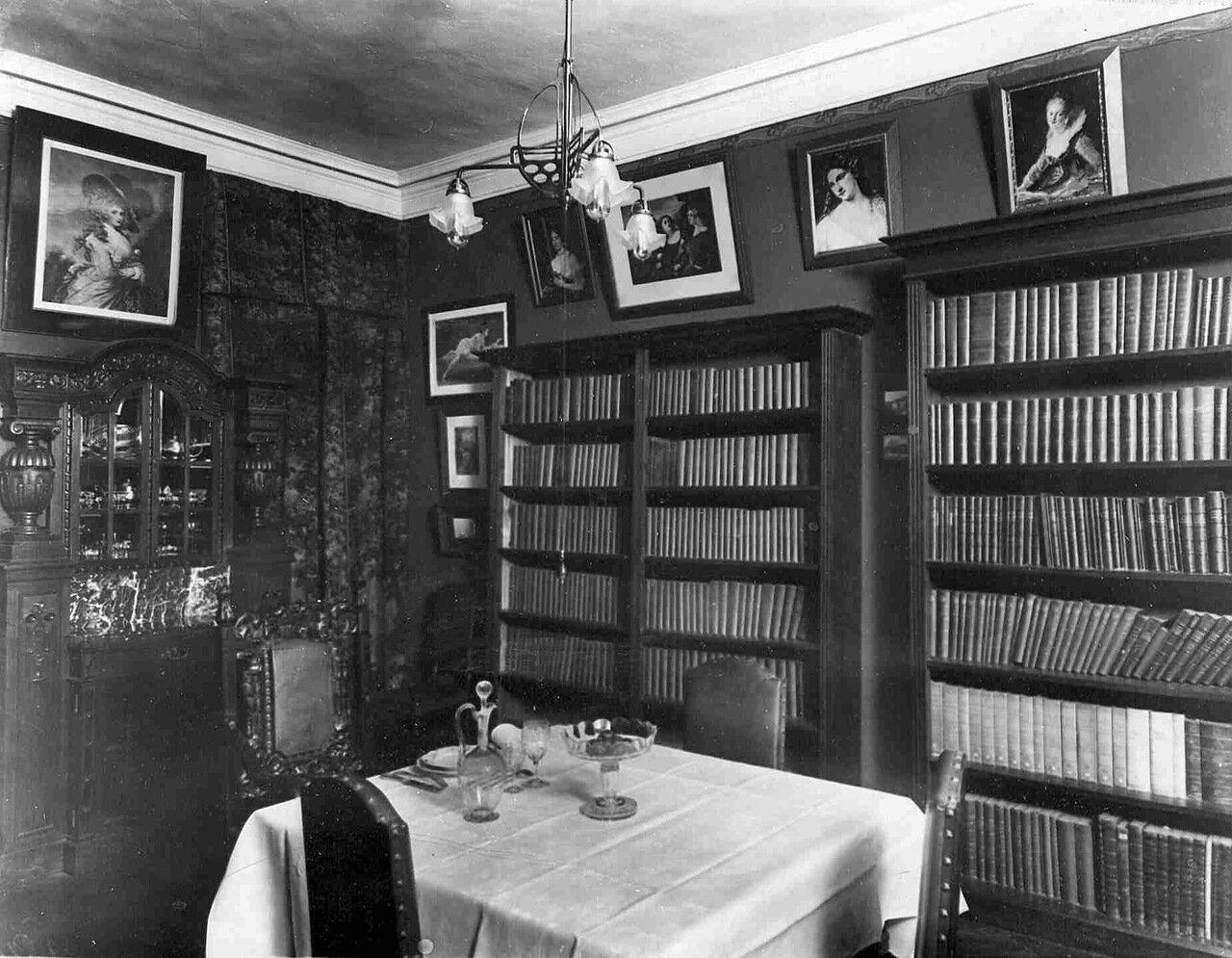 Шкафы с книгами в столовой
