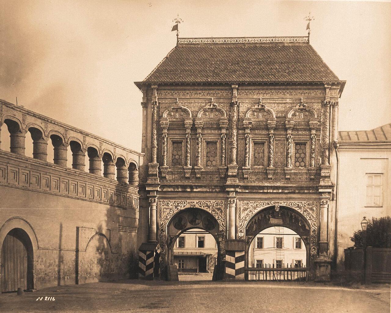 Вид на Крутицкие (Святые) ворота на Крутицком подворье