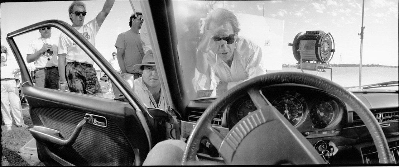 1990. Питер Богданович выстраивает кадр на съемках фильма «Техасвилль»