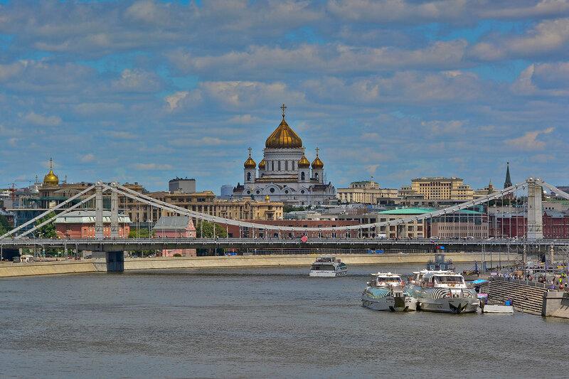 Вид на Крымский мост и Храм Христа Спасителя с Андреевского пешеходного моста.jpg