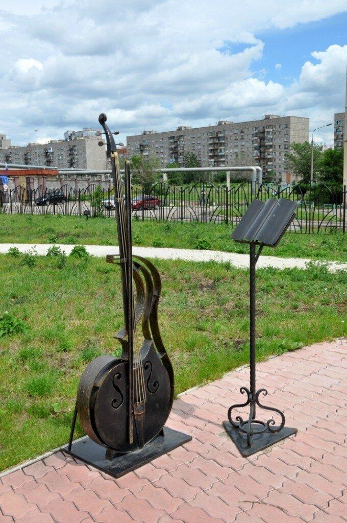 Скрипка с пюпитром (хотя если судить по соотношению размеров с пюпитром, скорее виолончель) (04.12.2013)