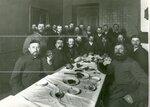 Группа депутатов Второй Государственной думы за завтраком.