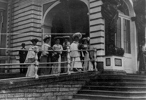 Придворные дамы у подъезда Екатерининского дворца наблюдают за парадом лейб-гвардии стрелковой бригады.