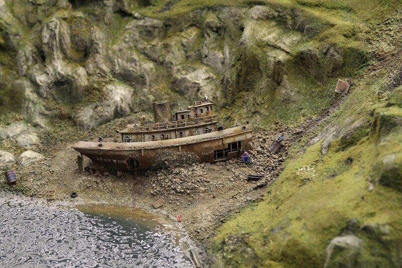 Гранд макет: выброшенный на берег в морской бухте заржавевший катер режут автогеном на металлолом