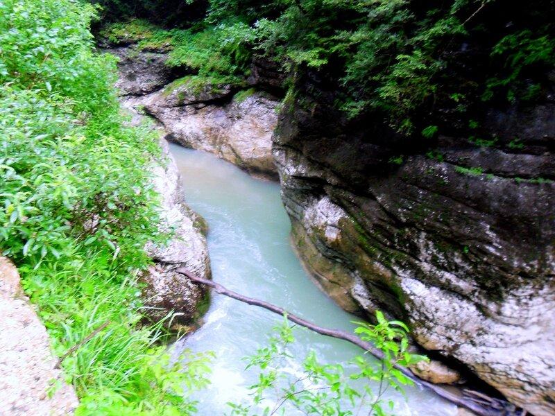 У реки, летом в горах