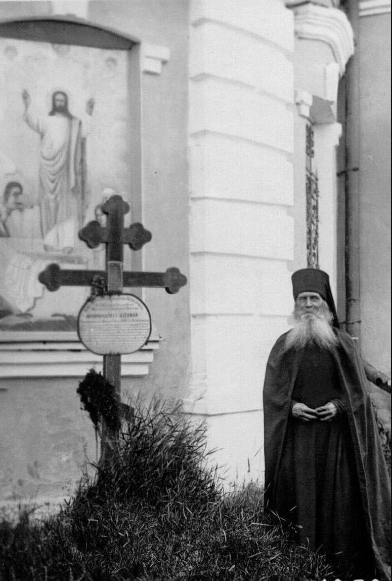 36. Монах у могилы архимандрита Израиля