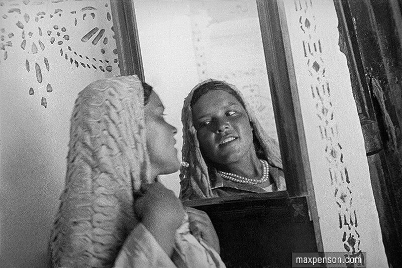 Девушка перед зеркалом с шалью