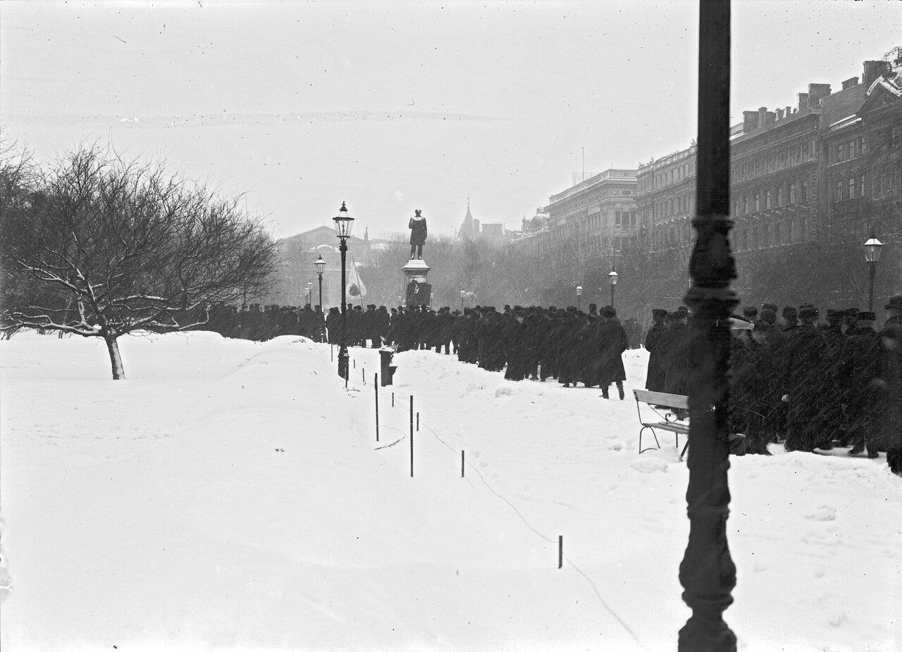 Возле статуи Рунеберга в парке Эспланада. 1900