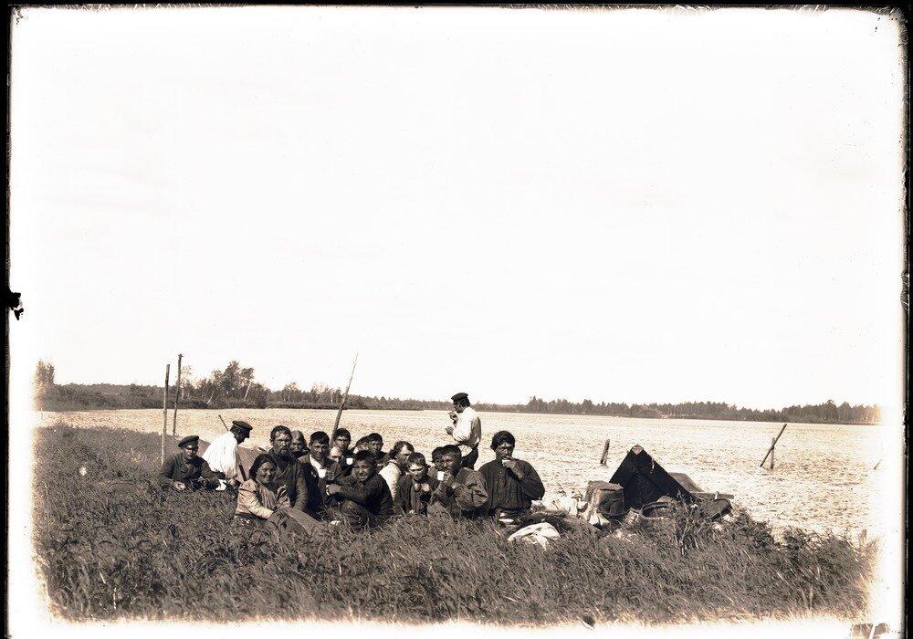 Палуев и рабочие на реке