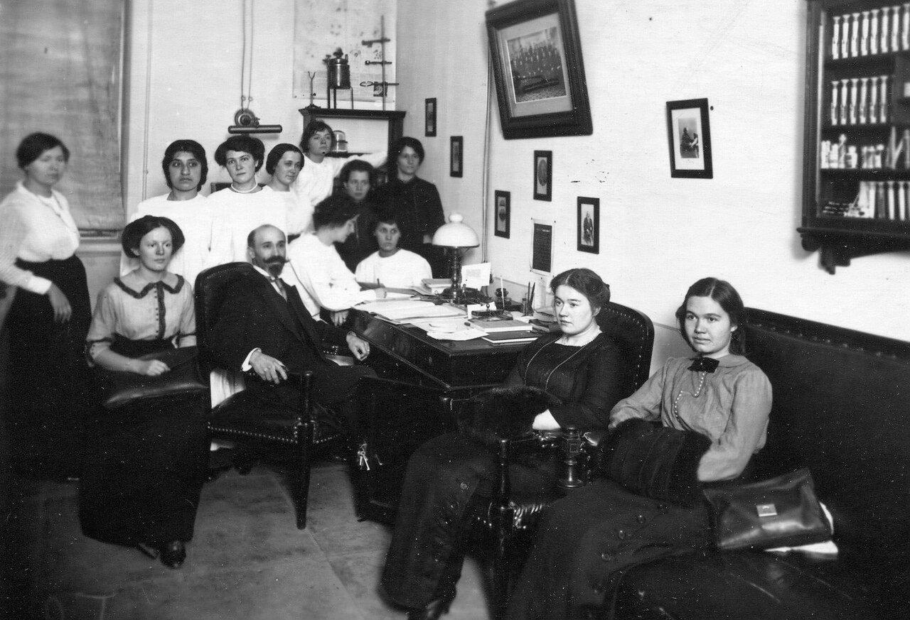Директор женского медицинского института, профессор Верховский Б. В., беседует с группой слушательниц в своем кабинете