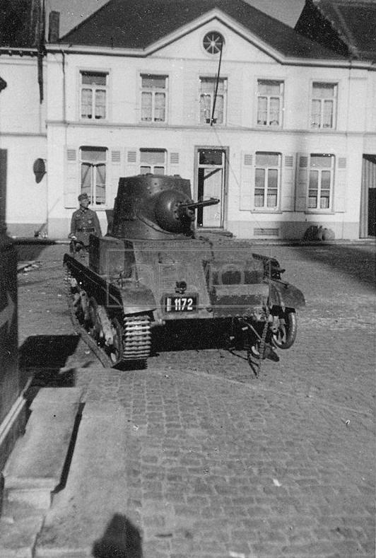 Брошенный бельгийский легкий танк Т15.