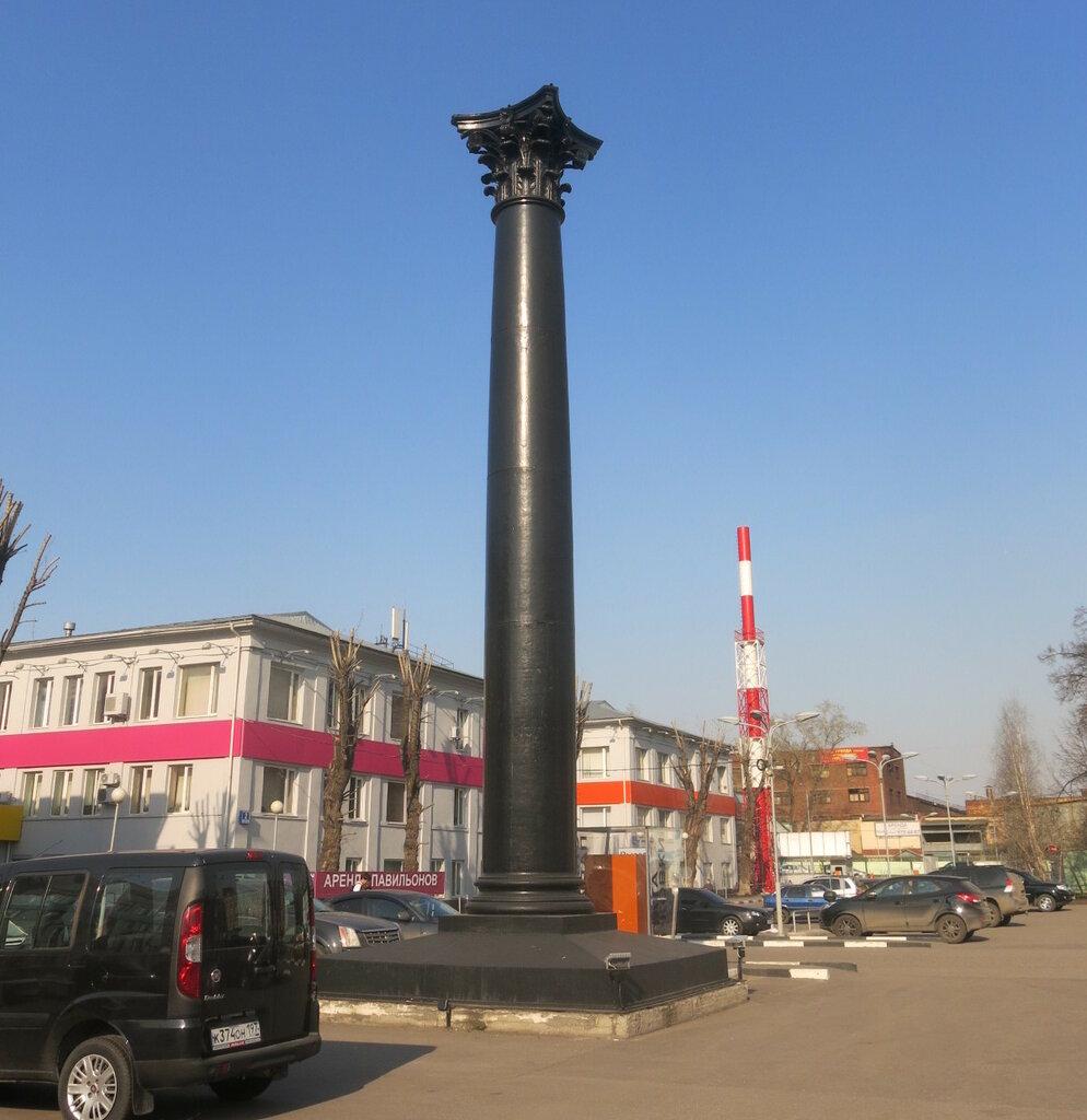Одна из колонн, отлитых для Триумфальной арки