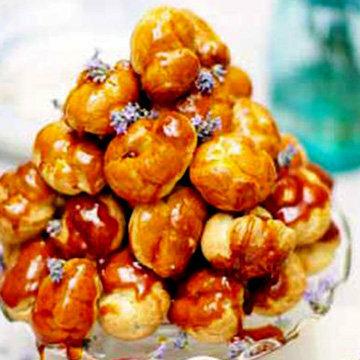 Заварные пирожные с кремом в карамели оформить в виде горки