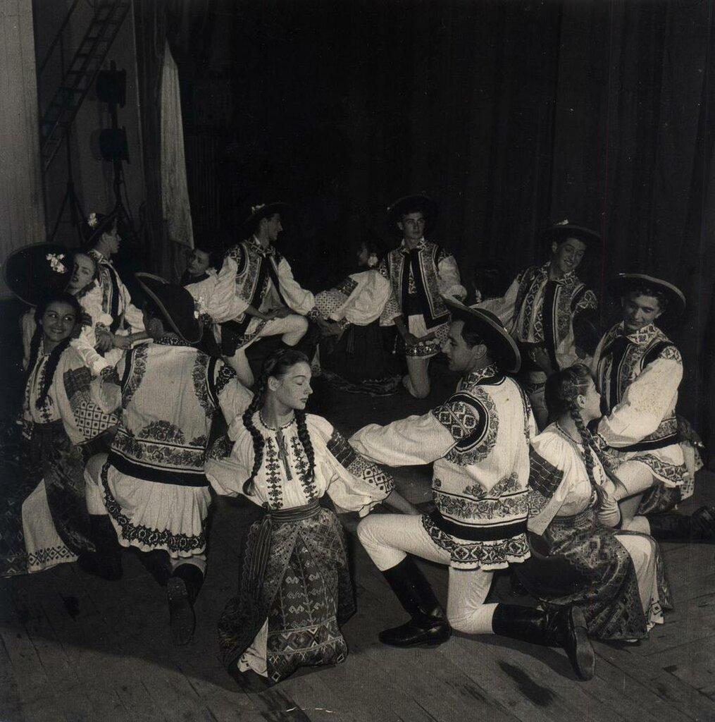 Молдавия 1950-е - Танец.jpg
