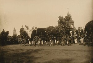 Императорский кортеж следует в Успенский собор; в экипаже (справа) - великая княгиня Елизавета Маврикиевна