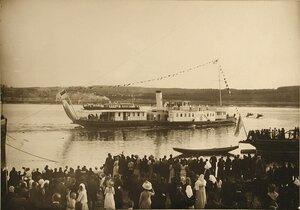 Жители города провожают пароход Межень, на борту которого императорская семья отбывает из города