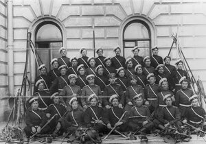 Группа казаков и офицеров полка .