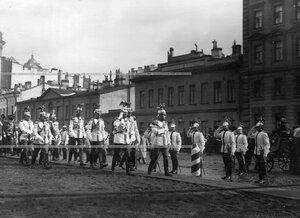 Император Николай II с группой великих князей, генералов и офицеров на  Новоисаакиевской улице  в день полкового праздника.