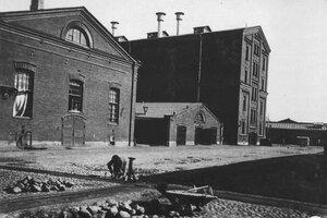 Вид части двора фабрики.