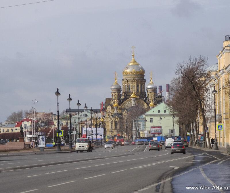 Вдалеке виднеются купола церкви Успения Пресвятой Богородицы.