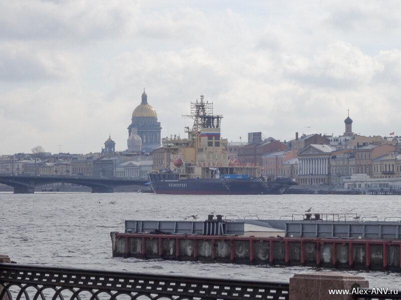 Исаакиевский собор, и ледокол 'Москва' на его фоне