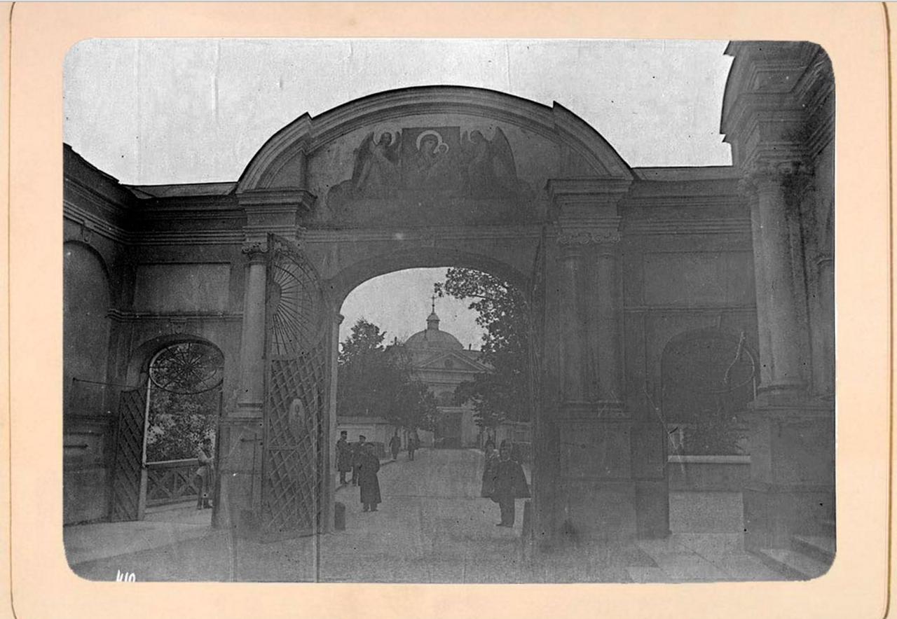 18. Въездные ворота со стороны Лаврского двора