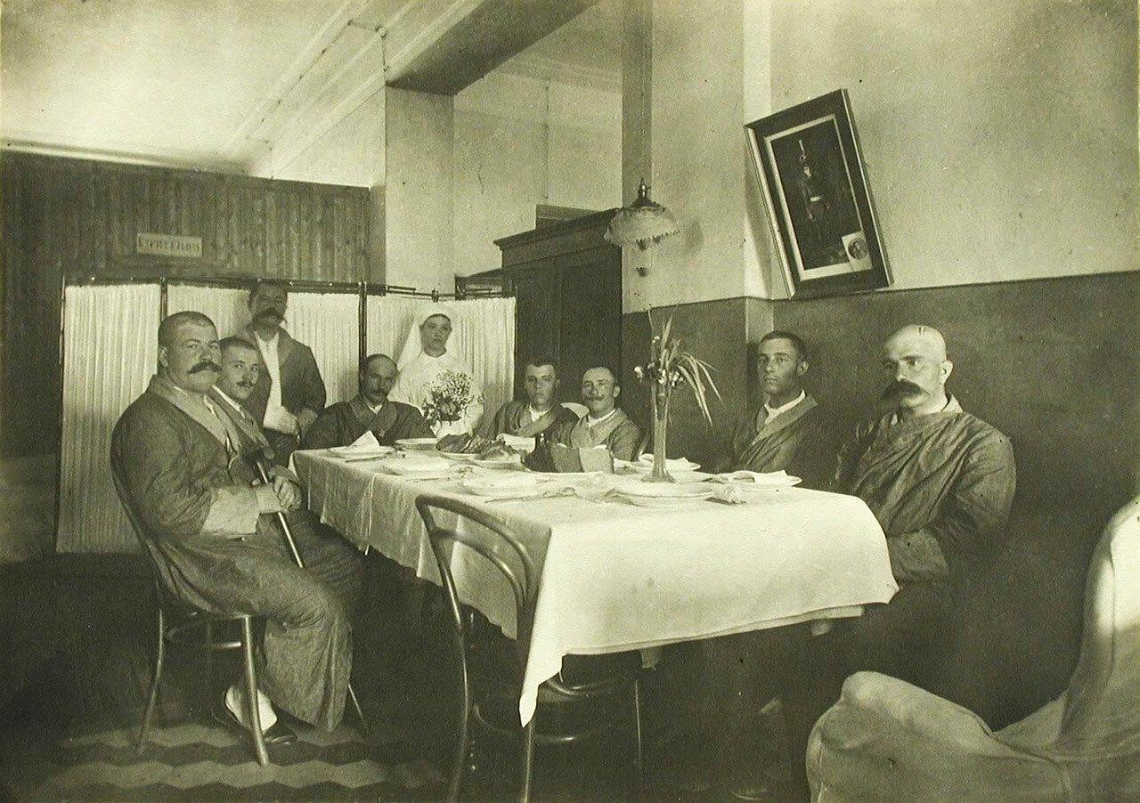 06. Группа раненых офицеров в офицерской столовой