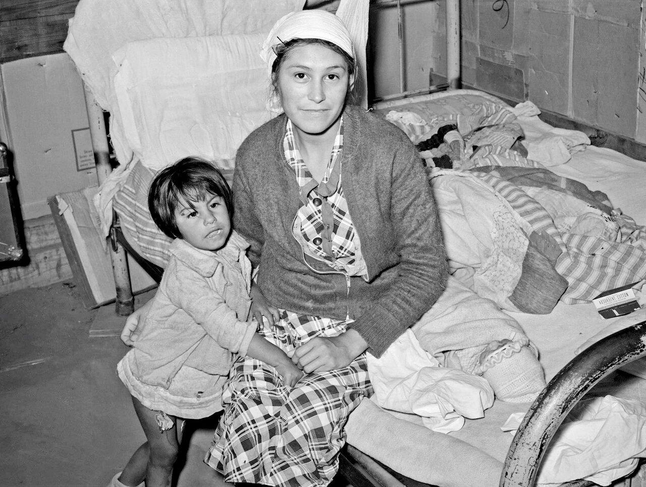 Мексиканка с ребенком в доме. Кристал-сити, Техас. Женщина родила ребенка на этой кровати, будучи больной хронической гонореей, 1939