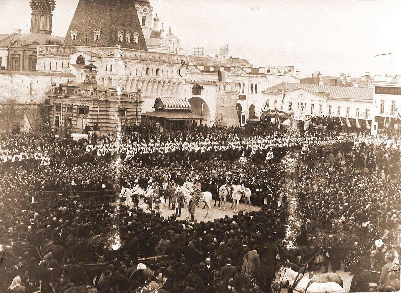 Герольды на Лубянской площади у Владимирских ворот Китай-города объявляют горожанам о дне священного коронования