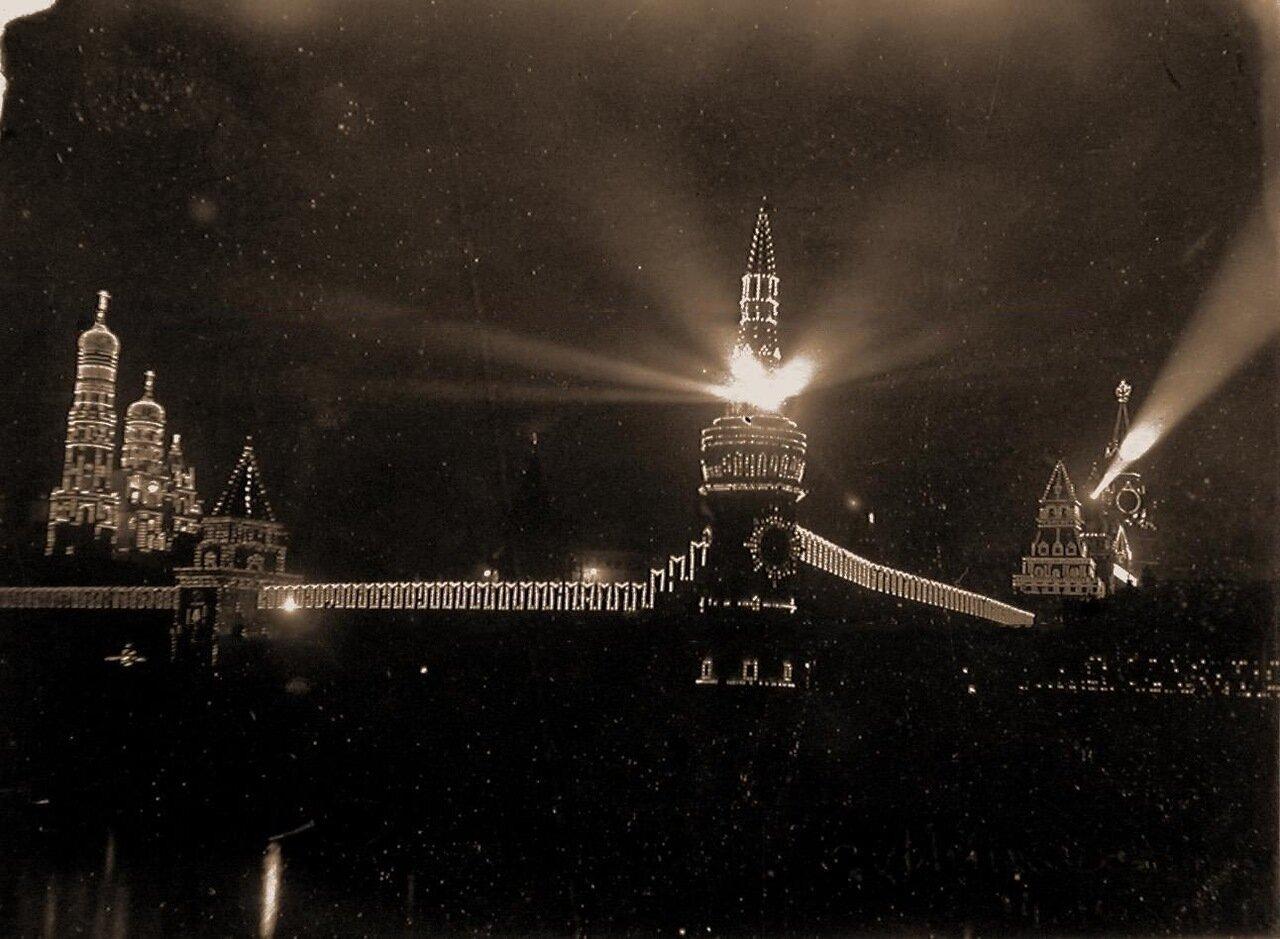 Вид на празднично иллюминированный к торжествам Кремль со стороны Москвы-реки; слева направо колокольня Ивана Великого с церковью Иоанна Лествичника, Петровская башня, Беклемишевская башня, Константино-Еленинская