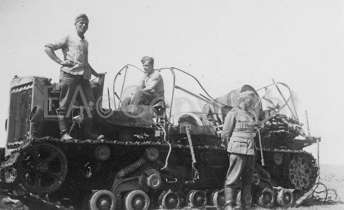 Подбитый тяжелый артиллерийский тягач «Ворошиловец».