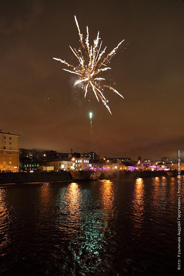 фото фейерверк в честь открытия прогулочной навигации по Москве-реке