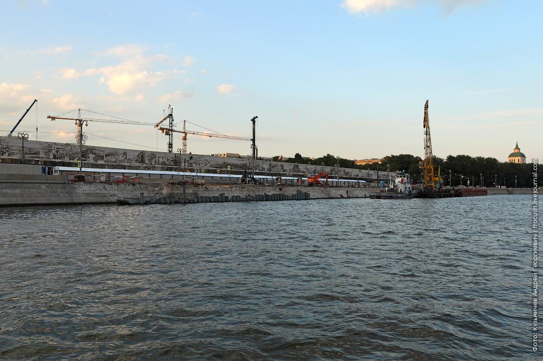 Реконструкция Москворецкой набережной напротив строящегося парка Зарядье фотография