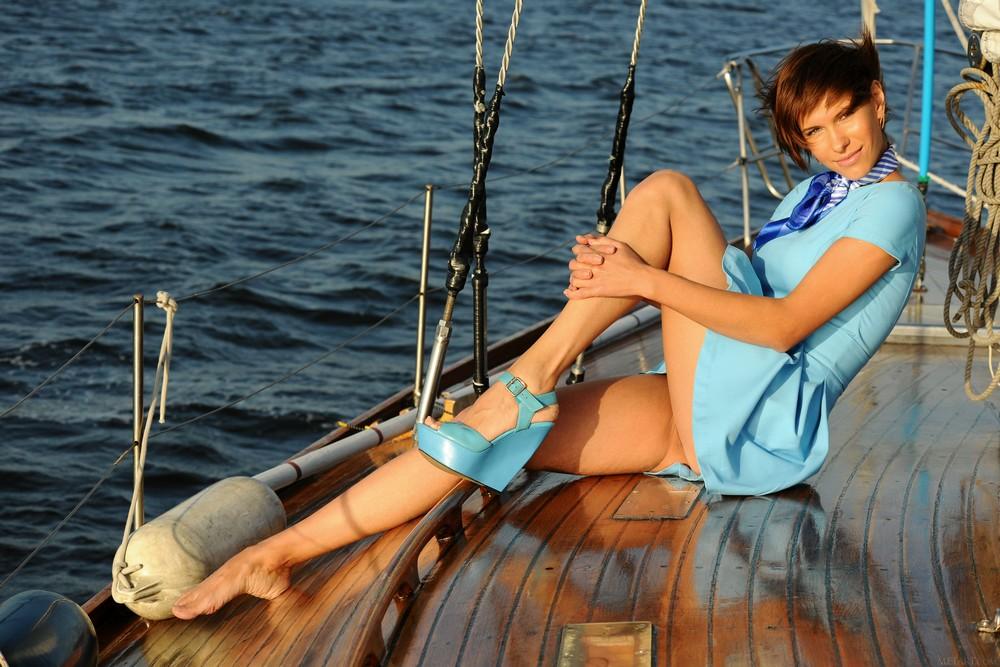 Стройная Suzanna разделась на яхте