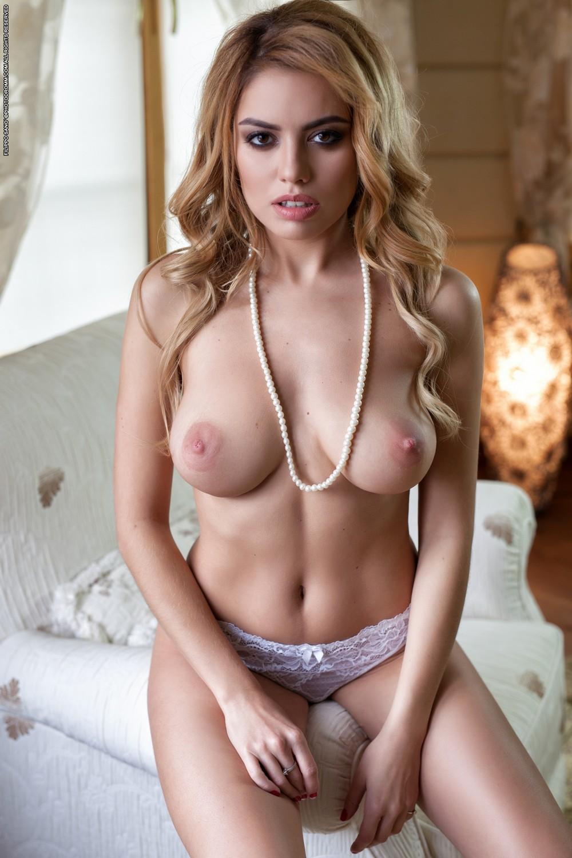 Margot в спальне