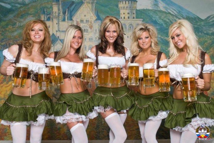 День пивовара. Девушки с кружками пива