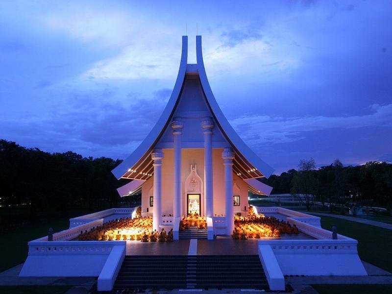 8. Секта Dhammakaya считается одной из самых крупных и богатых в Таиланде.