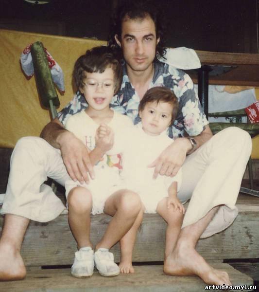 Кроме того, актер был женат на японке Мияко Фуджитани. У пары родилось двое детей — сын Кентаро Сига