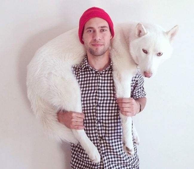 Два года назад фотограф Джон Сторц взял белоснежного пса изприюта. Стех пор они неразлучны, а