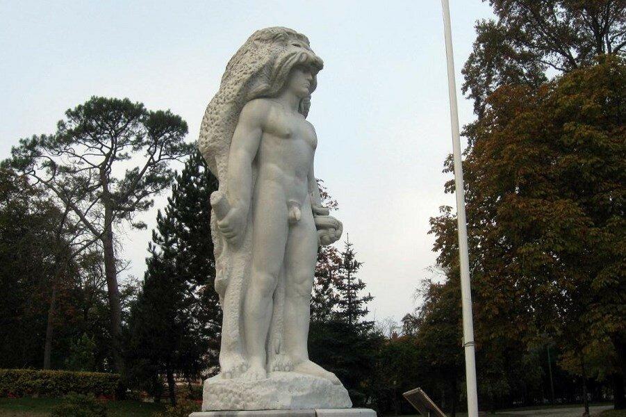 95902331_restricted-statue-xlarge_trans++oC1KLvdKTc_v1L1R92-Vtb_DoFhITEvkIGw3fhSRNRw.jpg